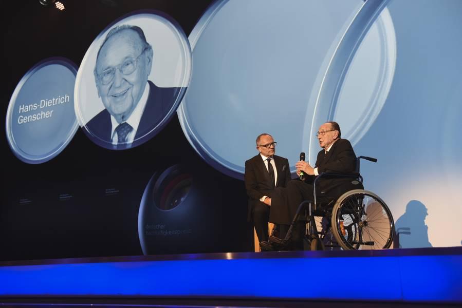 Bundesaußenminister a. D. Hans-Dietrich Genscher erhielt den Ehrenpreis für sein politisches Lebenswerk, das untrennbar mit den Werten sozialer und ökonomischer Nachhaltigkeit verbunden ist.