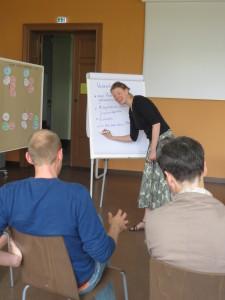 Anneke Klasing diskutiert Nachhaltigkeitskompetenzen mit Studierenden