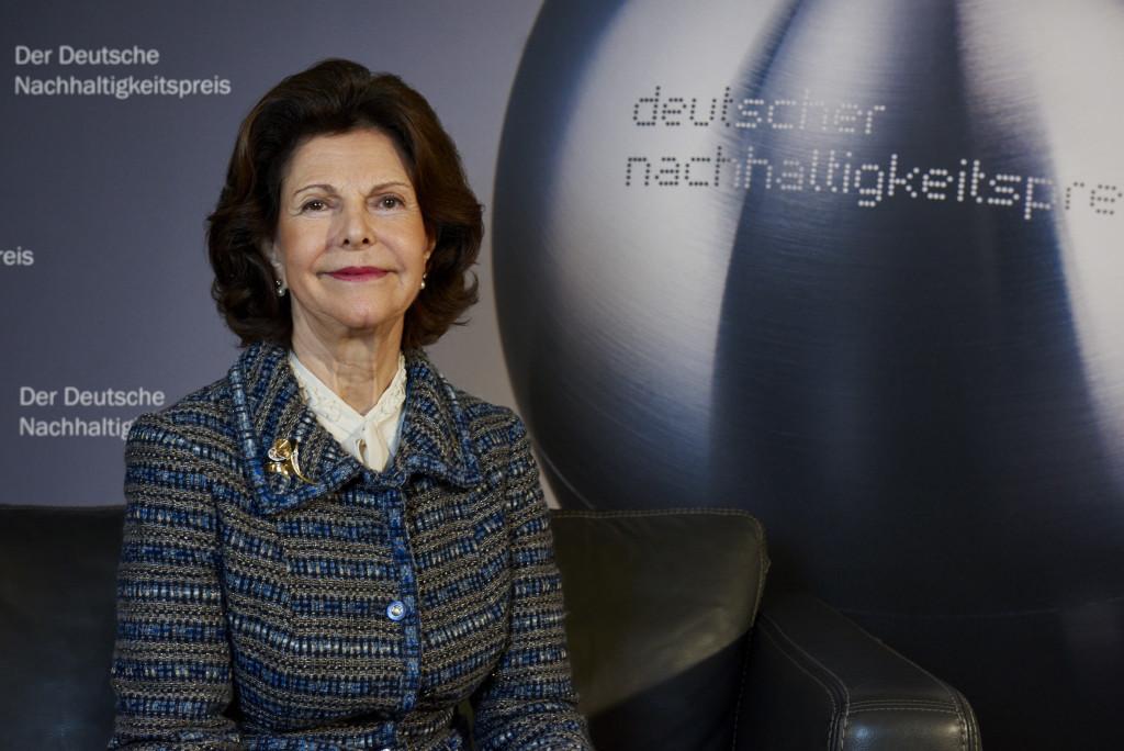 Ihre Majestät Königin Silvia von Schweden aus, die sich seit Jahrzehnten für den Schutz von Kinderrechten engagiert. Überreicht wurde der Preis von Schauspielerin Iris Berben.