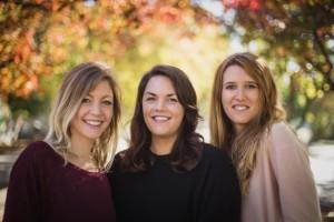 Naomi Ryland, Nicole Winchell und Nadia Boegli (v.l.) - Nicht nur Geschäftspartnerinnen und beste Freundinnen, die drei Gründerinnen wohnten auch zusammen. Die gemeinsame Frustration im Berufsleben und die Suche nach mehr Sinn waren Auslöser einer langen Nacht am Küchentisch in der die Idee zu The Changer geboren wurde.