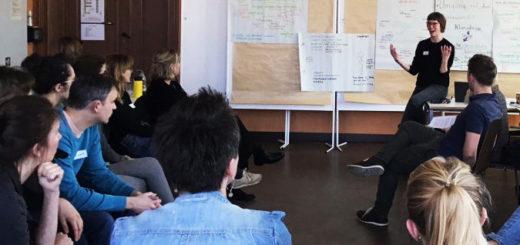 Ein Lehrraum, in dem Studiernde sitzen und der Dozierenden zuhören.