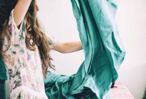 Frau mit grünem Stoff